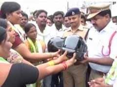 रक्षा बंधन पर बहनों ने दिया भाइयों सड़क पर सुरक्षा का तोहफा, राखी के साथ दिए हेलमेट