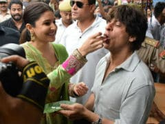 Shah Rukh Khan And Anushka Sharma Treat Harry And Sejal To <i>Banarasi Paan</i>. See Pics