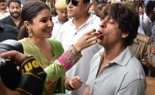 शाहरुख खान बनारस गए और फ्री में पान खाकर लौट आए! ट्विटर पर हुए TROLL...