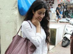Jhanvi Kapoor Looks Like Sridevi Of <i>Chandni</i> In New Pics