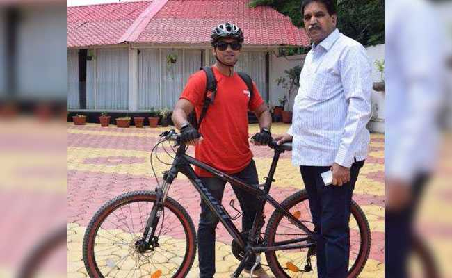 जिन इलाकों में जाने से घबराते हैं लोग, वहां साइकिल से पहुंचेंगे 28 साल के मृणाल