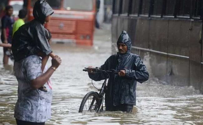 मुंबई में भारी बारिश के कारण चार लोगों के बहने का अंदेशा