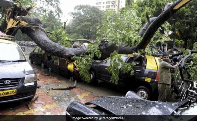बारिश से बेहाल मुंबई में रेड अलर्ट: सीएम देवेंद्र फडणवीस की अपील- 'जल्दी घर लौटें मुंबईकर'