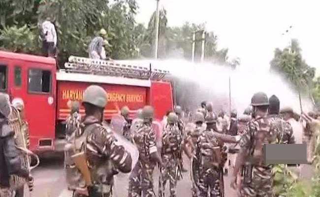 PHOTO: डेरा समर्थकों की हिंसा में झुलसा हरियाणा-पंजाब, तस्वीरों में देखें तबाही का मंजर