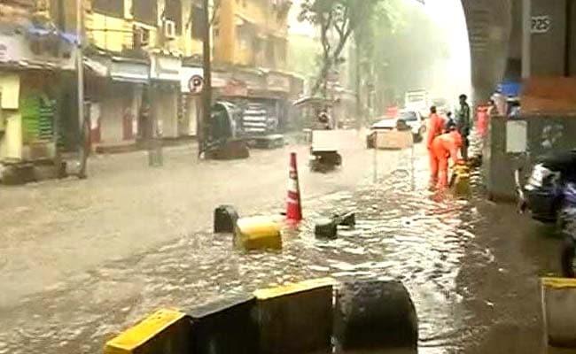 मुंबई की सड़कों का नदी जैसा हाल, 4.35 पर हाईटाइड की चेतावनी, लोगों से घर में रहने की अपील, PHOTOS