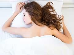 चैन की नींद चाहिए तो सोते वक्त खुद से दूर रखें ये चीजें