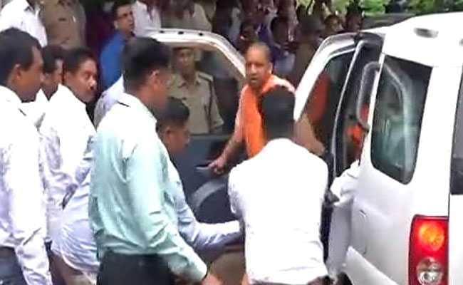 गोरखपुर हादसा: सीएम योगी आदित्यनाथ और स्वास्थ्य मंत्री जेपी नड्डा जायजा लेने मेडिकल कॉलेज पहुंचे