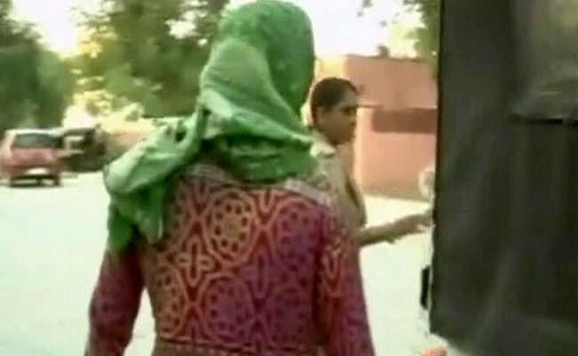 दरिंदगी की इंतहा : मंदिर के बाहर से अगवा कर महिला के साथ 8 लोगों ने किया गैंगरेप