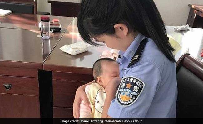 कैदी के भूखे बच्चे को चुप कराने के लिए ब्रेस्टफीड कराने लगी महिला पुलिस ऑफिसर, फोटो वायरल