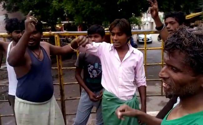 बिलासपुर: खुले में शौच करने वालों को जानवर पकड़ने वाली गाड़ी में बिठाकर घुमाया