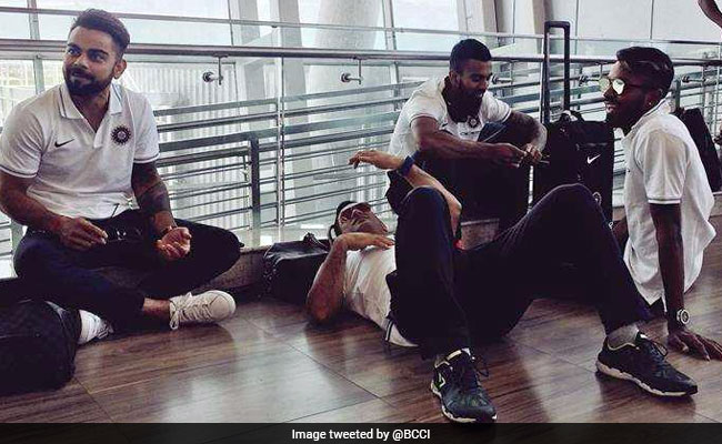 एयरपोर्ट पर जमीन पर लेट गए महेंद्र सिंह धोनी, सोशल मीडिया पर फोटो वायरल