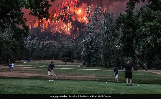 Golfers Continue Game As Wildfire Blazes Behind. Pic Is Crazy Viral