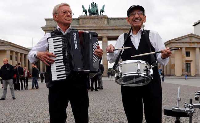 Holocaust Survivors Rock Berlin's Brandenburg Gate With Song Of Hope