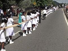 दुल्हन ने पहनी 3.2 किलोमीटर लंबी साड़ी, संभालने के लिए 250 छात्राएं थीं तैनात