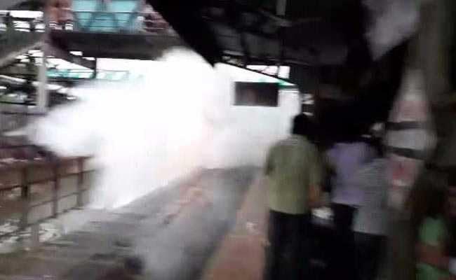 VIDEO: पटरियों पर जमा पानी को चीरती हुई निकली ट्रेन, देखकर आपको भी आ जाएगा मजा