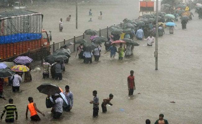मुंबई में भारी बारिश ने फिर दी दस्तक, स्कूल और कॉलेजों में छुट्टी की घोषणा