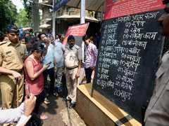 मुंबई हादसा : शवों के माथे पर चिपकाए नंबर, फोटो लगाई बोर्ड पर, KEM हॉस्पिटल पर बिफरे लोग