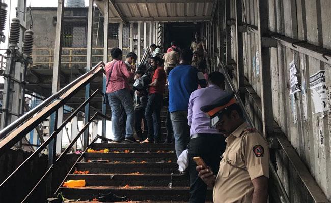 मुंबई के एलफिंस्टन रेलवे स्टेशन पर हादसा : देवेंद्र फडणवीस ने 5 लाख रुपये के मुआवजे का ऐलान किया