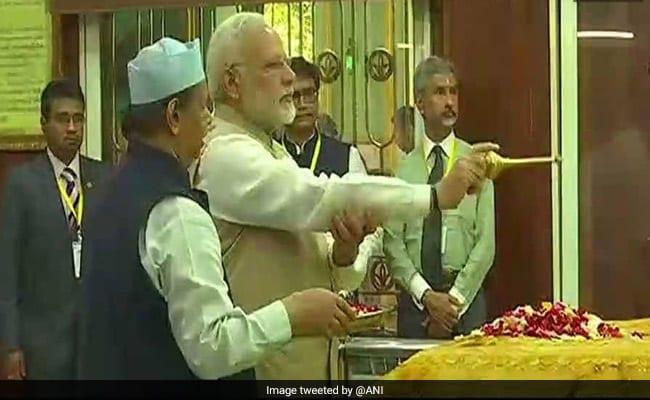 लगता नहीं है जी मेरा उजड़े दयार में... : बहादुर शाह जफर की दरगाह पर पहुंचे पीएम नरेंद्र मोदी