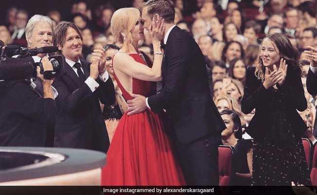 Emmys 2017: पत्नी को चूम रहा था को-स्टार, ताली बजाते रहे पति