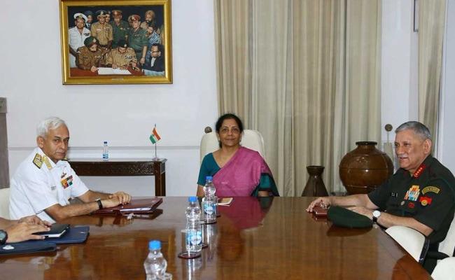 अटके रक्षा संबंधी मामलों को जल्द पूरा करने के लक्ष्य के साथ रक्षा मंत्री ने सेना प्रमुखों संग की बैठक