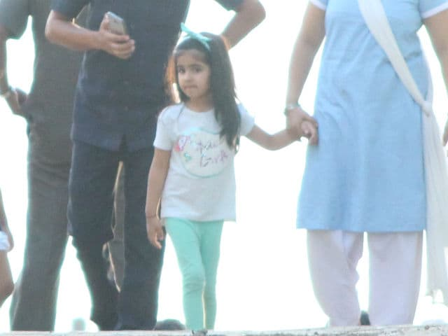 Such Cute Pictures Of Akshay Kumar, Twinkle Khanna's Daughter Nitara