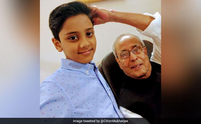 पूर्व राष्ट्रपति प्रणब मुखर्जी ने शेयर की बच्चे के साथ तस्वीर, कहा- इसी ने सिखाया मुझे सेल्फी लेना