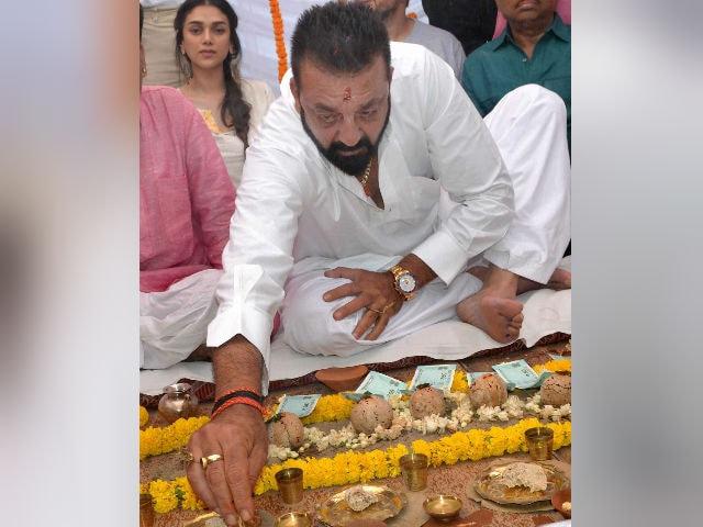 Sanjay Dutt Performs Parents Sunil Dutt And Nargis' Shraadh In Varanasi