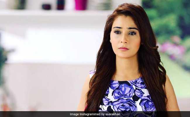 सारा खान के साथ पाकिस्तान में हुआ कुछ ऐसा कि बदलनी पड़ी शॉर्ट ड्रेस