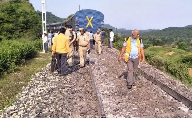 हापुड़ में टूटी पटरी पर रातभर दौड़ती रहीं ट्रेन, टला बड़ा हादसा