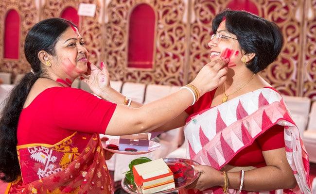 Durga Puja 2017 :The Significance of Sindur Khela or Sindoor Daan on Vijayadashami