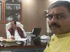 सत्ता का नशा: डीएम की कुर्सी पर जा बैठे नीतीश सरकार के मंत्री विजय कुमार सिन्हा