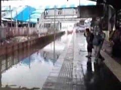 मुंबई: पानी से भरी पटरियों पर तेजी से ट्रेन चलने को लेकर विरार के स्टेशन मास्टर पर कार्रवाई