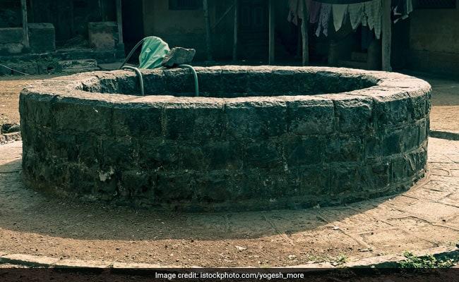 फर्रुखाबाद :  मोबाइल चोरी के शक में तीसरी क्लास के बच्चों को हाथ पांव बांधकर कुएं में लटकाया, प्रिंसिपल सस्पेंड