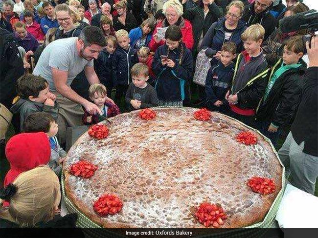 Lucky 3 Year Old Cuts Worlds Biggest Sponge Cake On Birthday