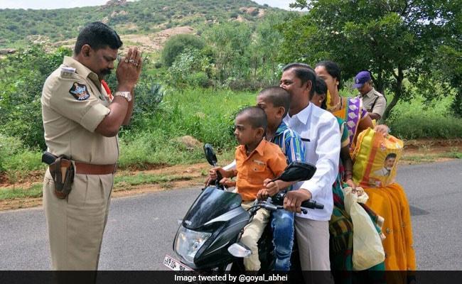 बाइक पर पूरे परिवार को देख बेबस पुलिस वाले ने जोड़ लिए हाथ, फोटो वायरल