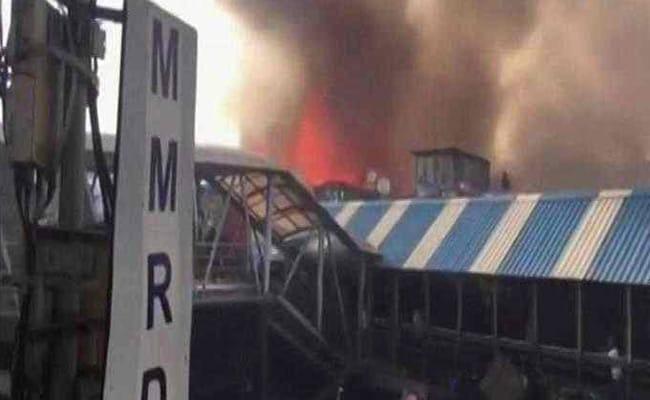 मुंबई : बांद्रा रेलवे स्टेशन के पास झुग्गियों में लगी भीषण आग