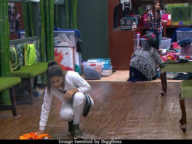 Bigg Boss 11, October 3: Hina Khan Spends Her Birthday Doing Jhadu Pocha In The House