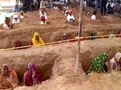 जयपुर : भूमि अधिग्रहण के खिलाफ किसानों का समाधि बनाकर प्रदर्शन