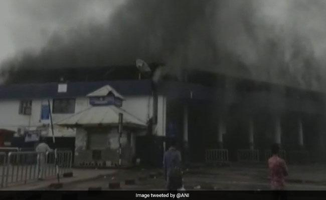 पणजी में बस स्टैंड पर भीषण आग, सीएम मनोहर पर्रिकर ने किया दौरा