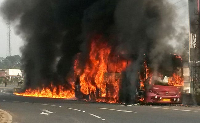 झारखंड : धू-धू करके जलने लगी बस, ड्राइवर आग बुझा रहा था मिनरल वॉटर से..