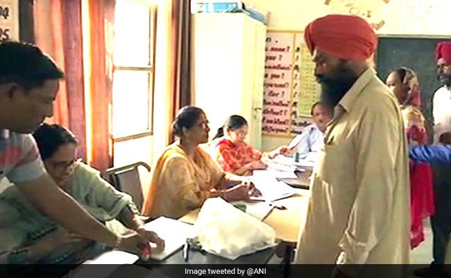 विनोद खन्ना के निधन से खाली हुई गुरदासपुर सीट के लिए मतदान, बीजेपी-कांग्रेस का है लिटमस टेस्ट
