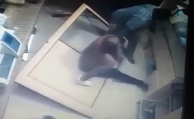 दो नाइजीरियाई गुटों के बीच मारपीट, अस्पताल के स्टाफ ने टॉयलेट में घुसकर बचाई जान