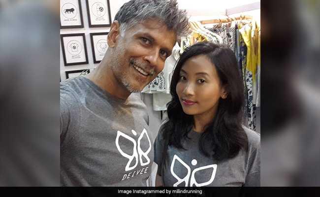 51 साल के मिलिंद सोमन ने 18 साल की गर्लफ्रेंड के साथ यूं शेयर किया अपना Photo