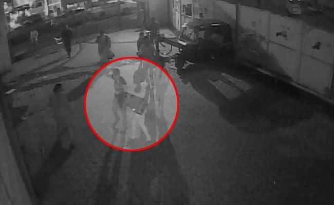 मुंबई : नाबालिग लड़की को बेहोश होने तक मारता रहा थप्पड़, लोग तमाशबीन बने रहे