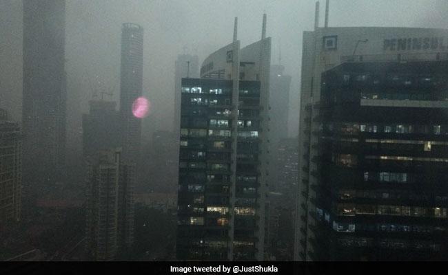 मुंबई में तेज बारिश और आंधी से शाम 4:30 बजे ही छाया अंधेरा...