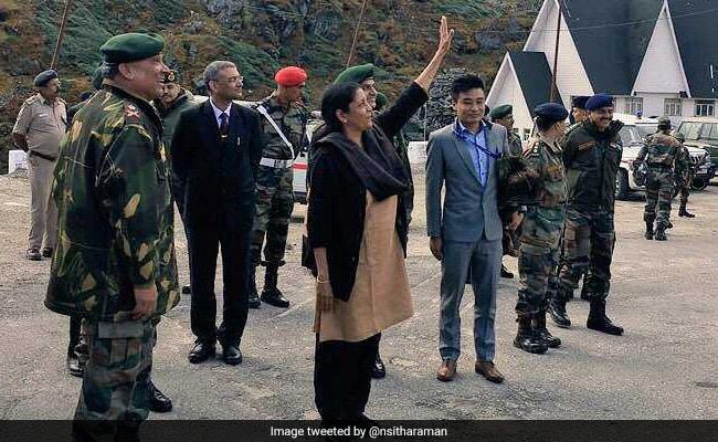 जब नाथुला पहुंचीं रक्षा मंत्री निर्मला सीतारमण तो बाड़ की दूसरी ओर से चीनी सैनिक खींचने लगे तस्वीरें
