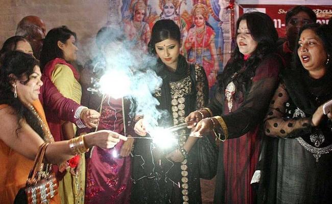पाकिस्तान में मंदिर और सड़कों पर कुछ इस तरह मनाई जाती है दीवाली, देखें PHOTOS
