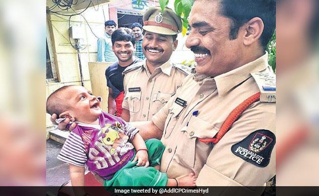 किडनैपरों से बची जान तो पुलिस को देख मुस्कुराने लगा यह 4 महीने का मासूम, फोटो हो रही है वायरल