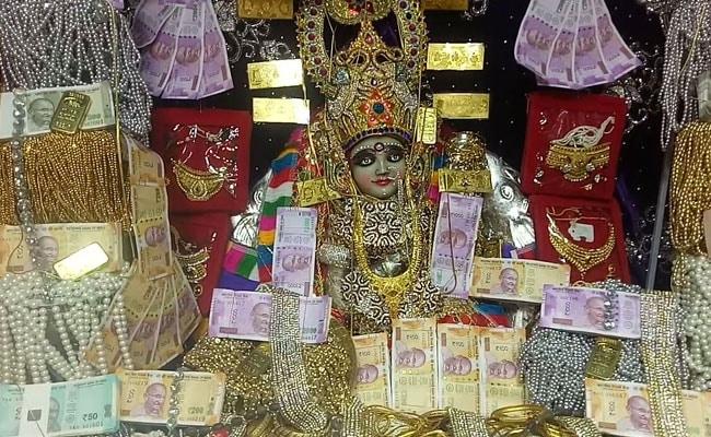 रतलाम के महालक्ष्मी मंदिर में लोग जमा करा जाते हैं आभूषण और रुपये, जानिये क्या है कारण